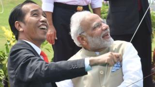 印度总理莫迪(右)与印尼总统佐科。