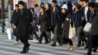 يابانيون يتوجهون إلى أعمالهم