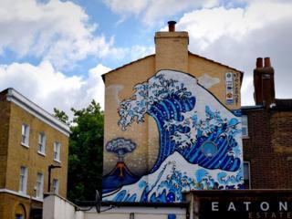 流動的牆:神奈川的浪悄悄來到了倫敦
