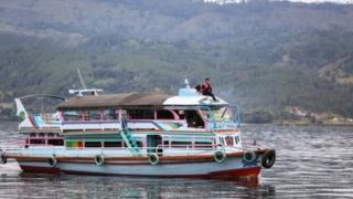 Berdasarkan sertifikasi, kapal tradisional seharusnya memiliki satu sampai dua lantai dan terbuat dari kayu.