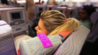 Жінка спить в літаку