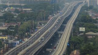 Sejumlah kendaraan melintasi Tol Layang (Elevated) Jakarta-Cikampek II di Bekasi, Jawa Barat, Minggu (15/12/2019).