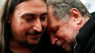 Хав'єр Дарру Міальчук (ліворуч) обіймає свого дядька Роберто