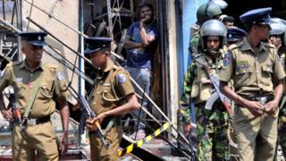 શ્રીલંકામાં લગાવેલી કટોકટીમાં રસ્તા પર ઊતરેલા સૈન્યની તસવીર