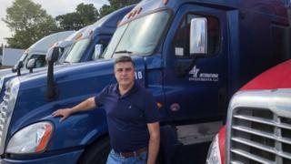 Inácio Freitas em frente aos seus caminhões
