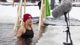 Una mujer dando un discurso en el agua helada.