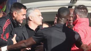 Mourinho akijaribu kumfuata mkufunzi wa kiufundi wa Chelsea baada ya ushindi wa Man United kupotea dakika ya lala salama