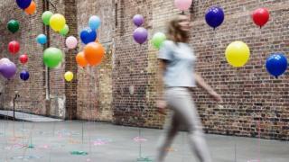 Девушка в городе надувных шариков