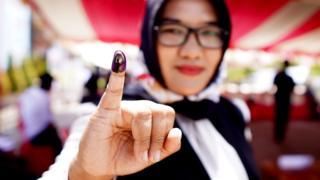 Seorang warga menunjukan jari yang telah diberi tinta usai mengikuti simulasi pemungutan dan penghitungan suara Pemilihan Umum di kantor Komisi Pemilihan Umum (KPU) Kabupaten Gorontalo, Gorontalo, Minggu (3/3/2019).