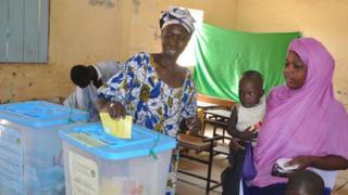 سيدتان تدليان بصوتيهما في الاستفتاء على تعديل الدستور الموريتاني