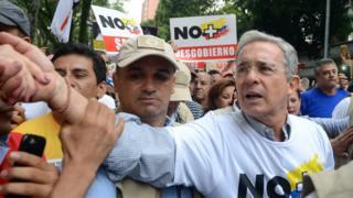 """Álvaro Uribe haciendo campaña por el """"no"""" en Colombia."""
