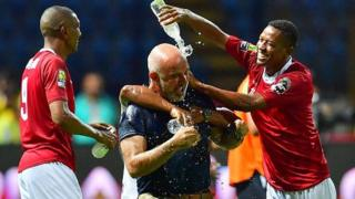 Les joueurs malgaches arrosent leur entraîneur après la victoire contre le Nigeria