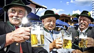 Баварцы в национальных костюмах пьют пиво