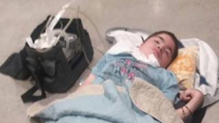 Nahuel Matías Santucho acostado en el suelo del aeropuerto de Heathrow, en Londres.