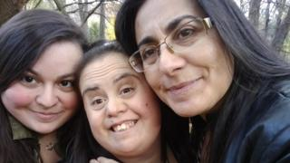 Francie Munoz (centre) with her mother Pamela (right) and sister Yasmine.
