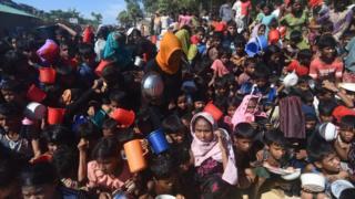 Des réfugiés Rohingya dans l'attente d'aide alimentaire dans un camp de réfugiés au Bangladesh.