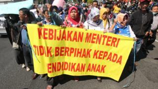 Warga berunjuk rasa di depan Gedung Negara Grahadi, Surabaya, Jawa Timur, Rabu (19/06), memprotes kebijakan sistem Penerimaan Peserta Didik Baru (PPDB) berdasarkan zonasi.
