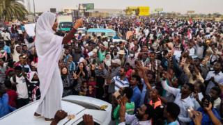 Abari mu myiyerekano muri Sudani bariyemeje kuyibandanya gushika ubutegetsi bushizwe mu minwe y'abasivire
