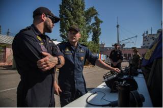 Військові НАТО показують журналістам сонар для пошуку вибухівки під водою