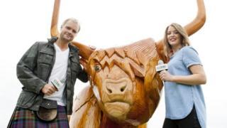 Niall Iain agus Fiona le bò.