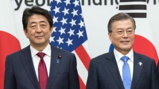 아베 신조 일본 총리(왼쪽)과 문재인 한국 대통령