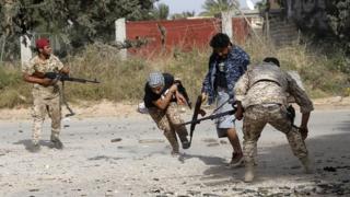 نیروهای دولت طرابلس که مورد تایید سازمان ملل است از روز ۴ آوریل مشغول دفاع از طرابلس در برابر یورش شورشیان بوده اند