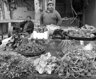Большой выбор овощей в практически разрушенной части города