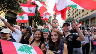 عائلة لبنانية تشارك في المظاهرات