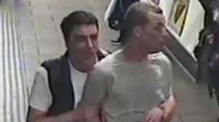 Фото двух мужчин с камеры видеонаблюдения в лондонском метро