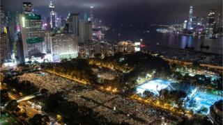 主辦方稱18萬人參加維園燭光晚會悼念天安門事件。