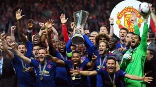 Manchester United takımı Avrupa Ligi kupasını havaya kaldırarak şampiyonluğu kutluyor.