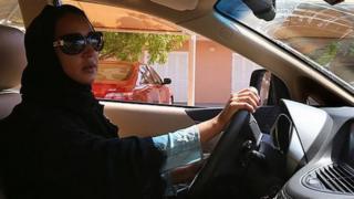 Manal Al Sharif conduciendo en Dubai