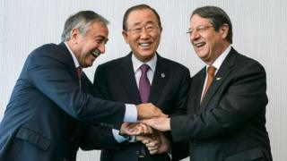UN Secretary-General Ban Ki-moon (C) with Turkish Cypriot leader Mustafa Akinci (L) and Cyprus President Nicos Anastasiades