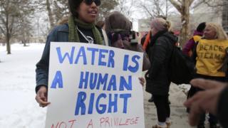 「水は人権だ」と抗議するフリントの人たち