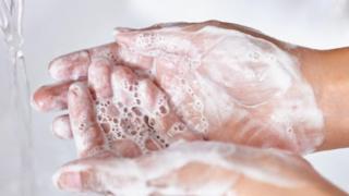Una persona lavándose las manos