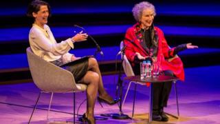 Margaret Atwood, Pazartesi akşamı Southbank Centre Royal Festival Hall'da Telegraph gazetesinin kitap editörü Gaby Wood ile bir söyleşiye katıldı