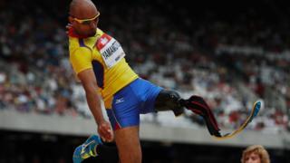 Японский прыгун с одной ногой выступает на состязаниях в Лондоне
