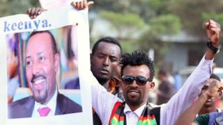 متظاهرون يرفعون صورة أبي احمد