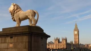 英国西敏寺议会大厦和泰晤士河对岸狮子