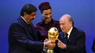 أمير قطر السابق وزوجته ورئيس الفيفا السابق يمسكون مع بكأس العالم بعد إعلان فوز الدوحة بتنظيم بطولة 2022