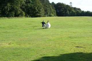 Sam e Sabrina no dia do seu casamento, na Escócia