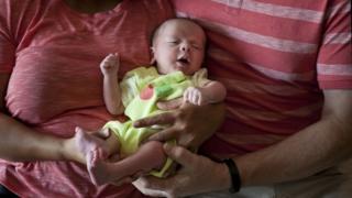 Foto de arquivo. Novembro de 2015. Casal britânico segura bebê gerado em barriga de aluguel em Anand, na Índia.