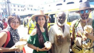 Mzee Mwajita akiwa na wateja wake nje ya soko la Market Mombasa