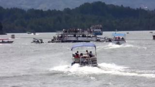 多くの小型艇が沈む船の救助に向かった(25日、ペニョール・グアタペ貯水池)