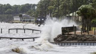 Власти штата Флорида, что жизнь людей на пути урагана находится под угрозой