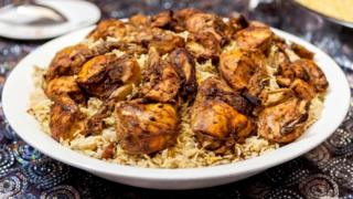 طبق طعام أرز بالدجاج