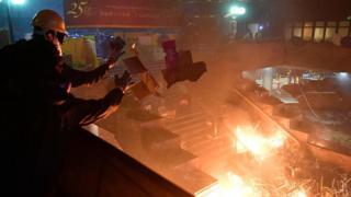دانشجویان برای مقابله با پلیس در ورودی دانشگاه آتش روشن کرده اند