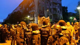 Police in front of leftist squat in Rigaer Strasse, Berlin (9 July)