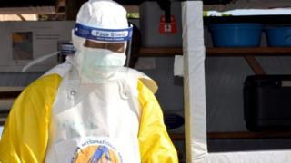 Umwe mu bakora mu bikorwa by'ubuzima byo kurwanya Ebola muri Repubulika ya Demokarasi ya Kongo