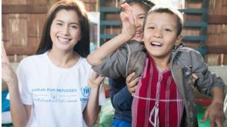 ထိုင်းမင်းသမီး ပရီးယားဆွပ်ဒေါ့မိုင်းကို ကရင်ဒုက္ခသည်တွေနဲ့အတူတွေ့ရစဉ်